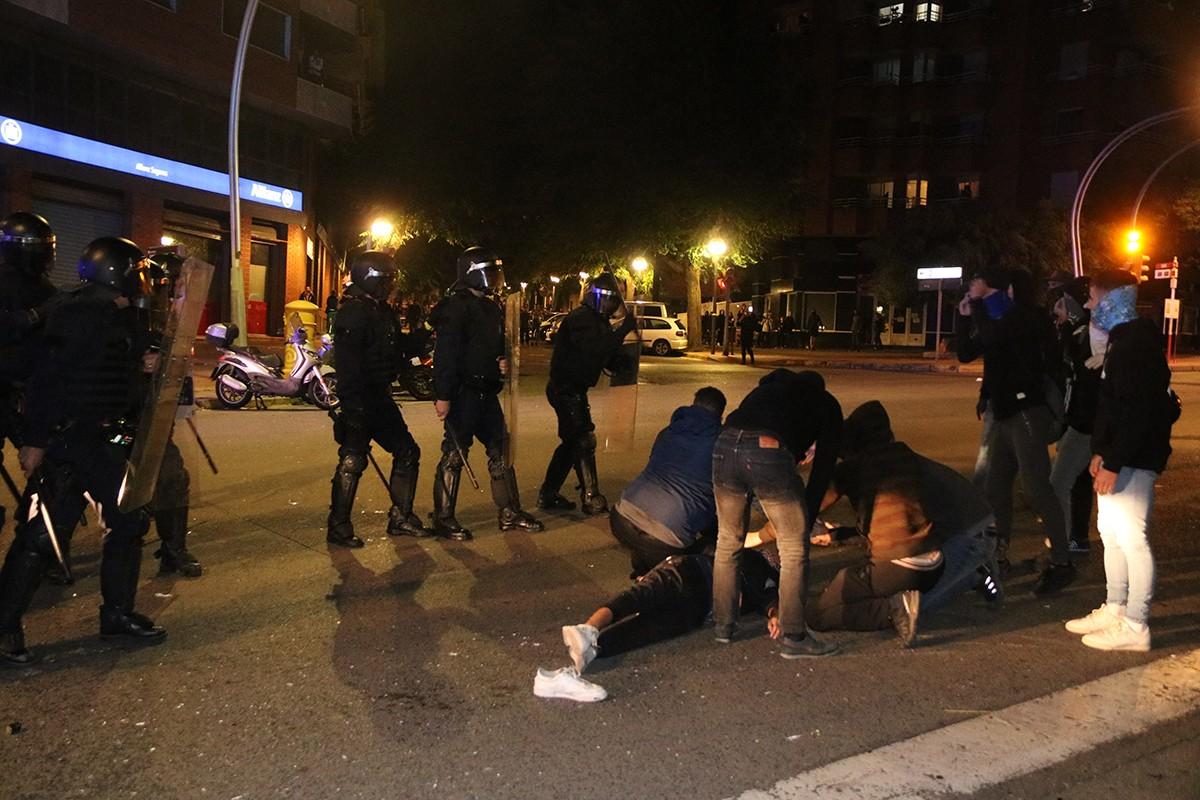 Àlex, ferit estès al terra a l'avinguda Marquès de Montoliu a Tarragona l'octubre de 2019.