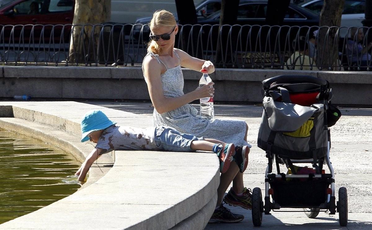 Una mare i el seu fill, en un parc