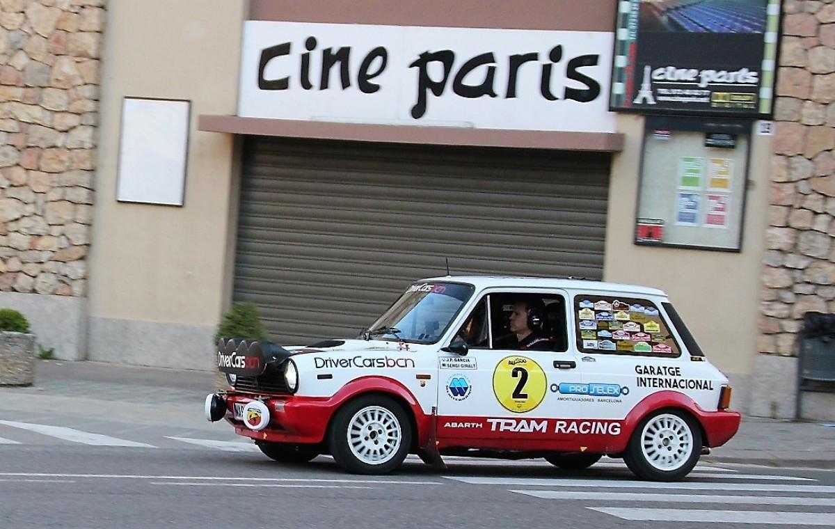 Un dels vehicles de la prova, un Autobianchi A112 Abarth, passant davant el Cine París de Solsona