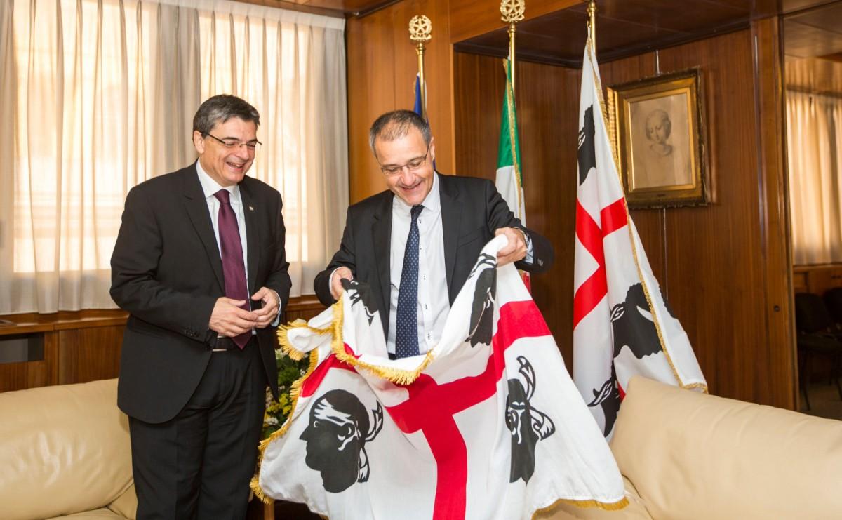El president de l'Assemblea de Còrsega, Jean-Guy Talamoni, rep una bandera sarda de part del seu homòleg sard, Gianfranco Ganau, el 2016.