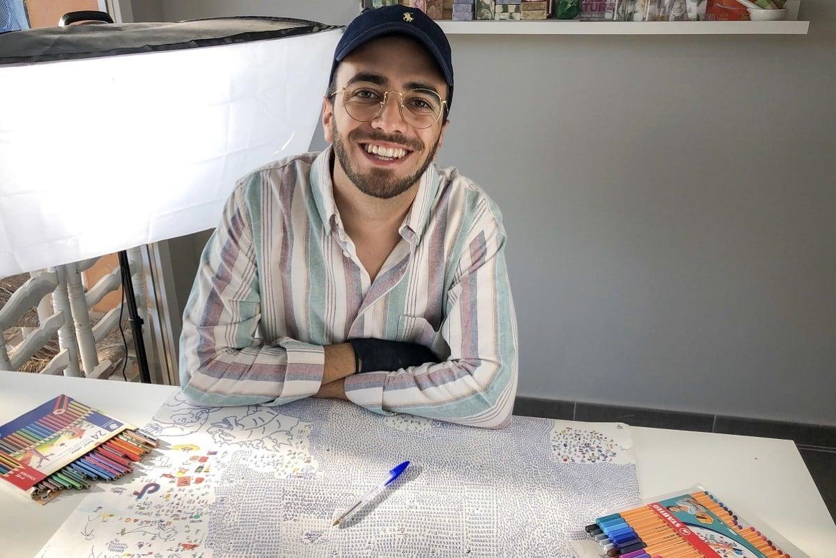 Nico Cavilla, amb el paper i les eines amb què ha triomfat a TikTok.