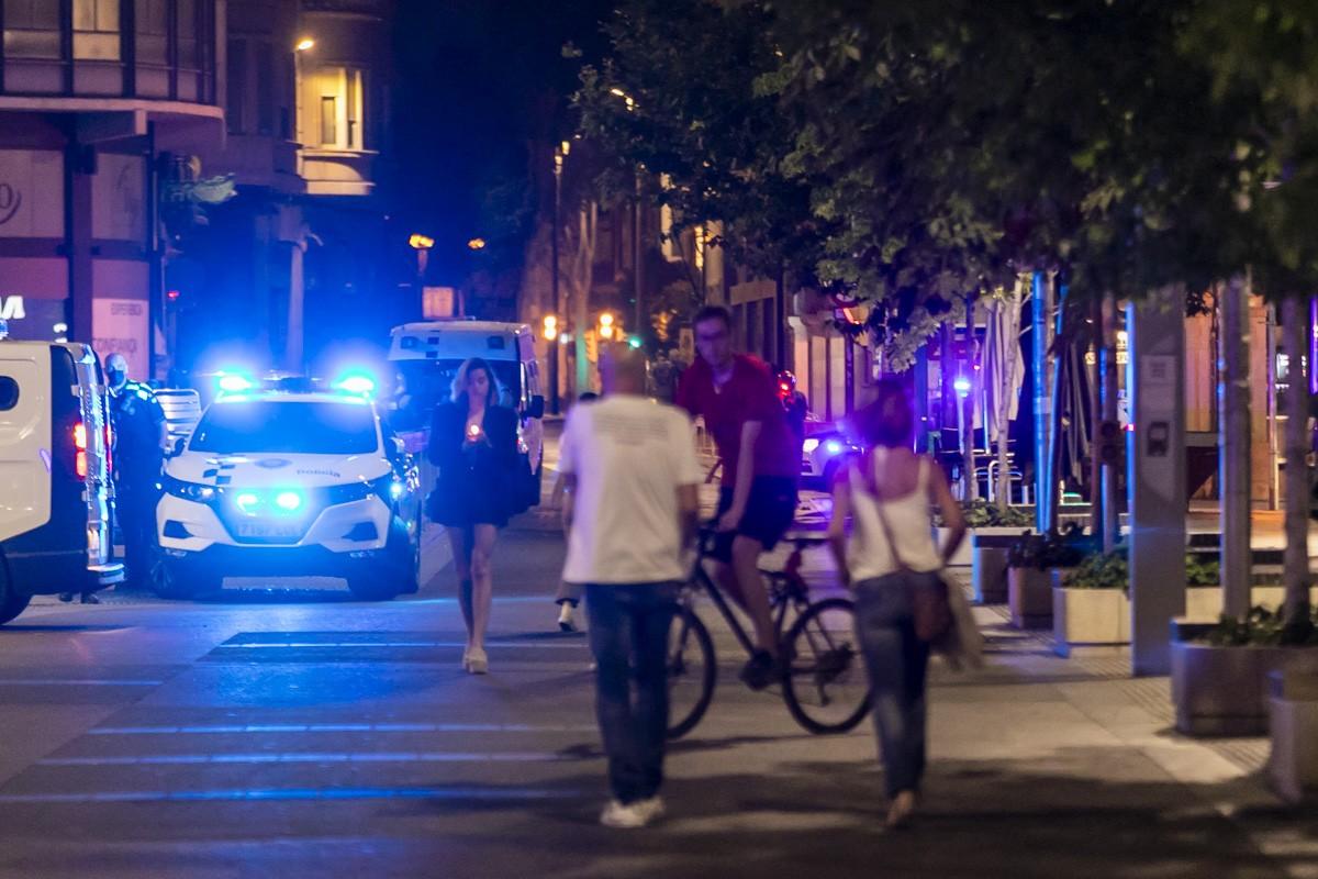Agents desallotjant els carrers de Sabadell pel toc de queda.
