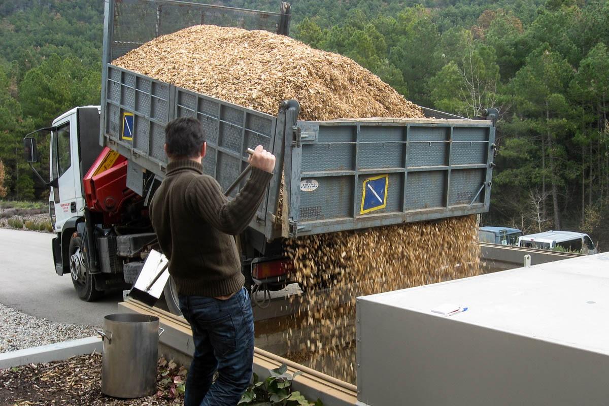Descàrrega d'estella en una caldera de biomassa