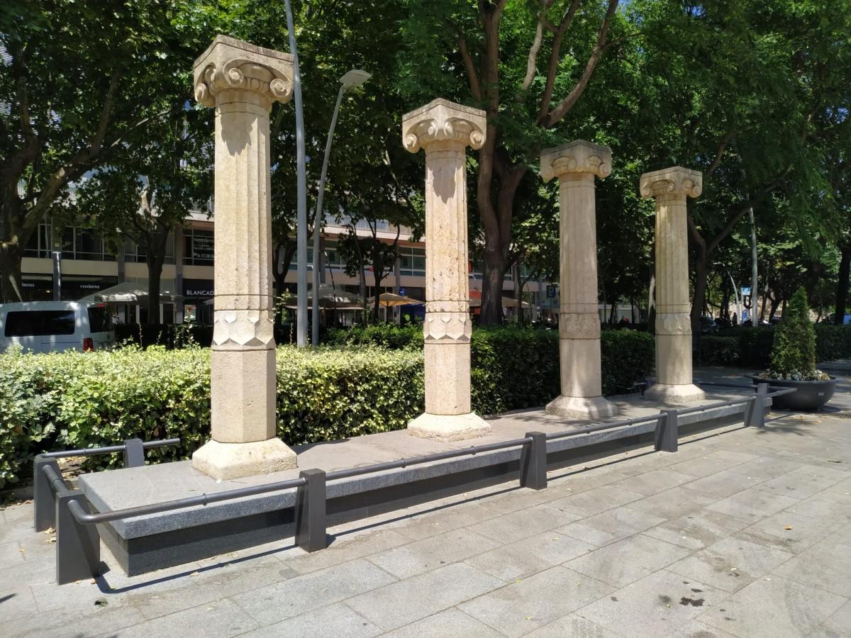 Les columnes del cinema Kursaal, a la plaça de la Llibertat