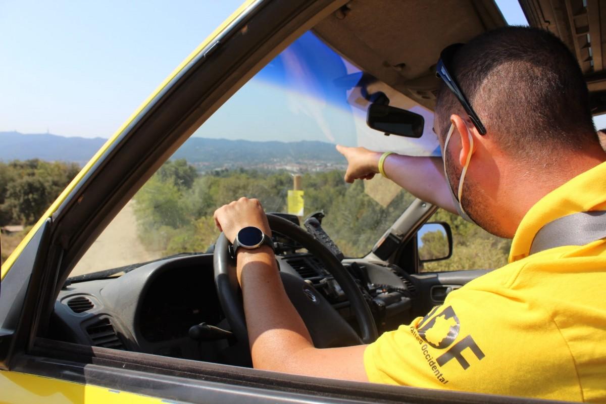 El coordinador operatiu de l'ADF de Sant Cugat, Iñaki Ferreira, des d'un emplaçament elevat per detectar columnes de fum