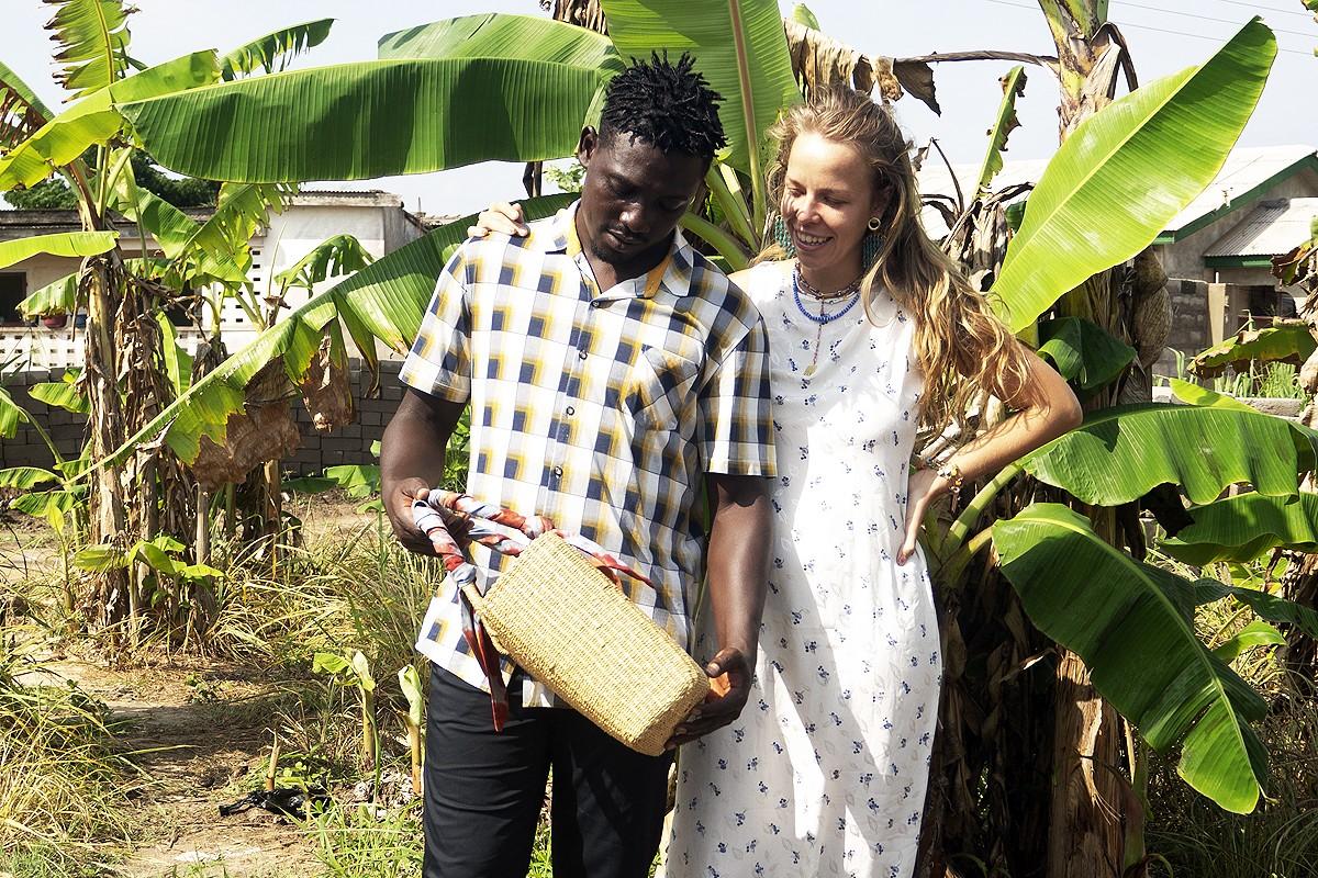 La santjoanenca Maria Bernat amb Mickael, amb una bossa creada pels artesans de Ghana