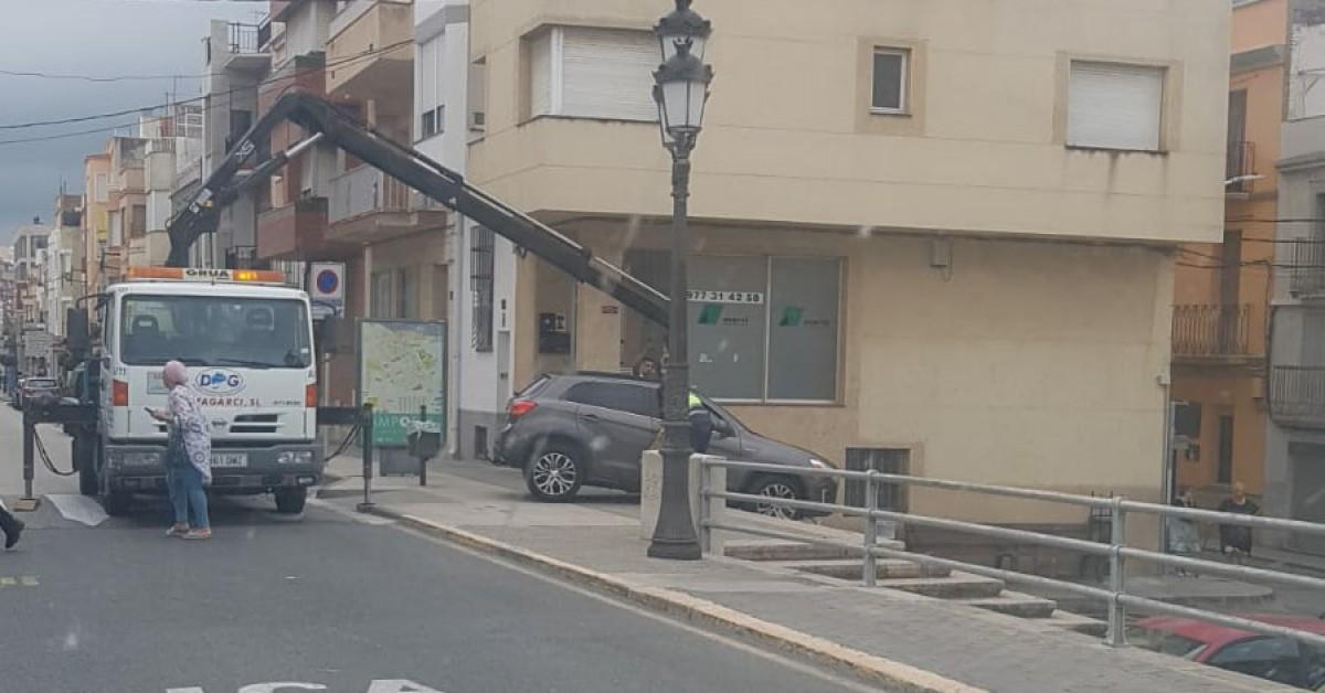 Imatges de la grua recollint el cotxe que ha baixat les escales del Pont Penjant d'Amposta