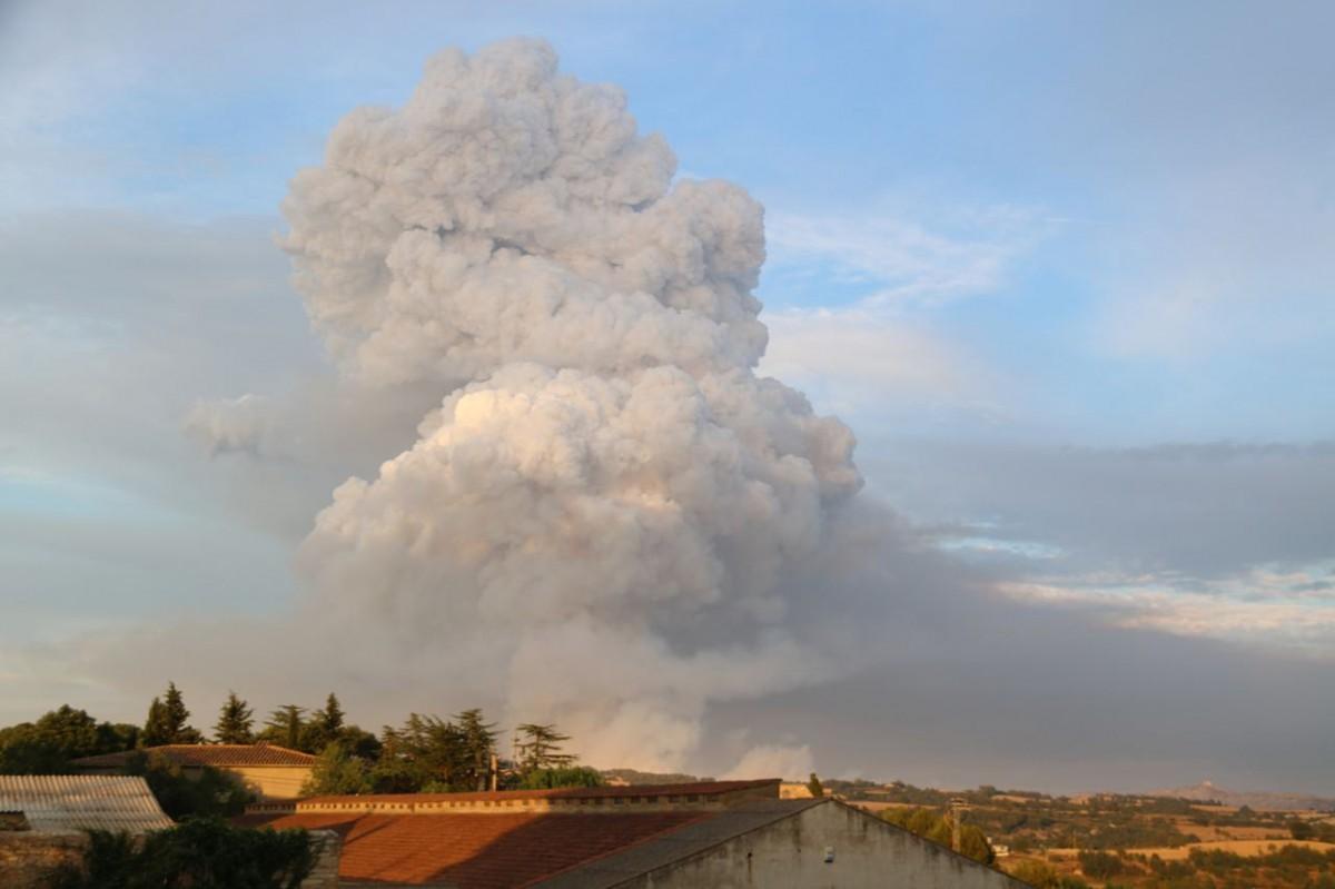 Una enorme columna de fum surt de l'incendi de Santa Coloma