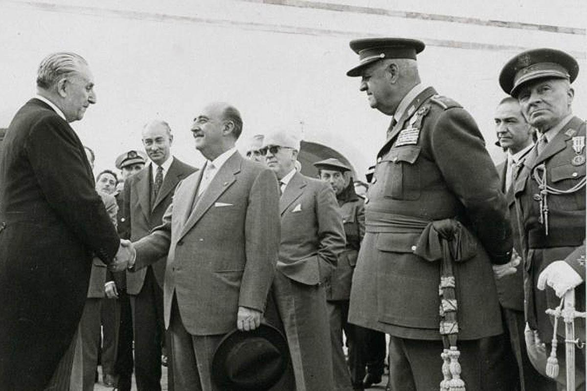 Francisco Franco en l'acte de lliurament del castell de Montjuic a l'alcalde Porcioles.