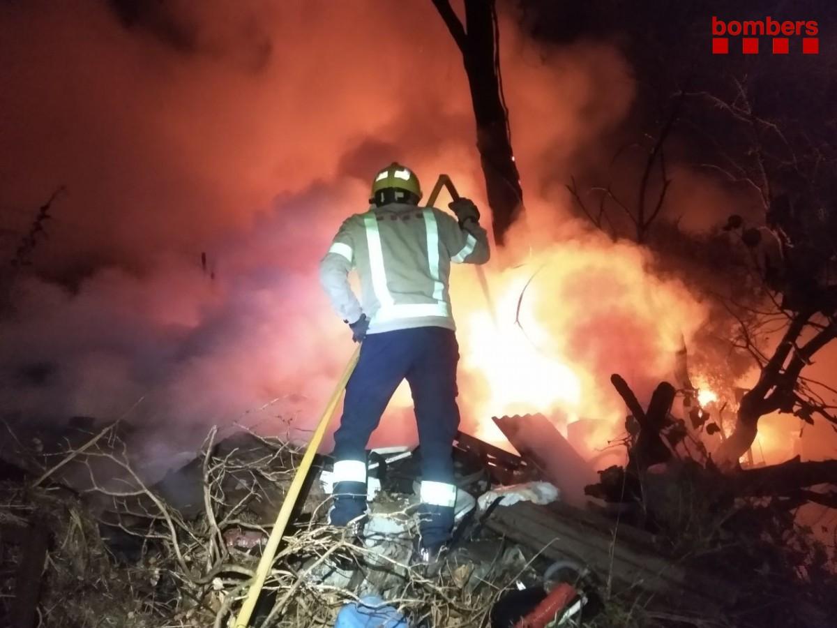 Incendi de barraques a la carretera de Castellar de Terrassa.