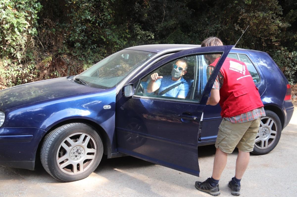 Informador del Consorci explicant el nou sistema de reserves de l'aparcament de Sadernes
