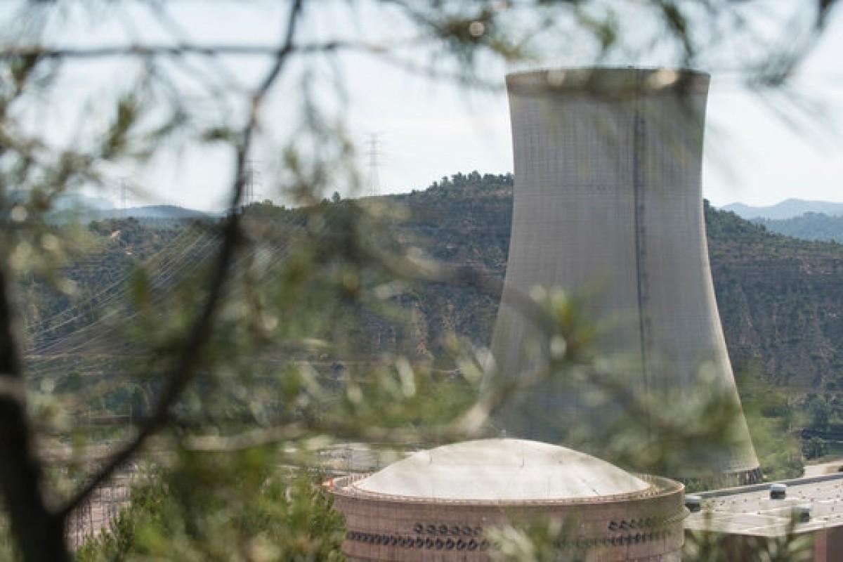 Pla general de la xemeneia i les instal·lacions de la nuclear d'Ascó.