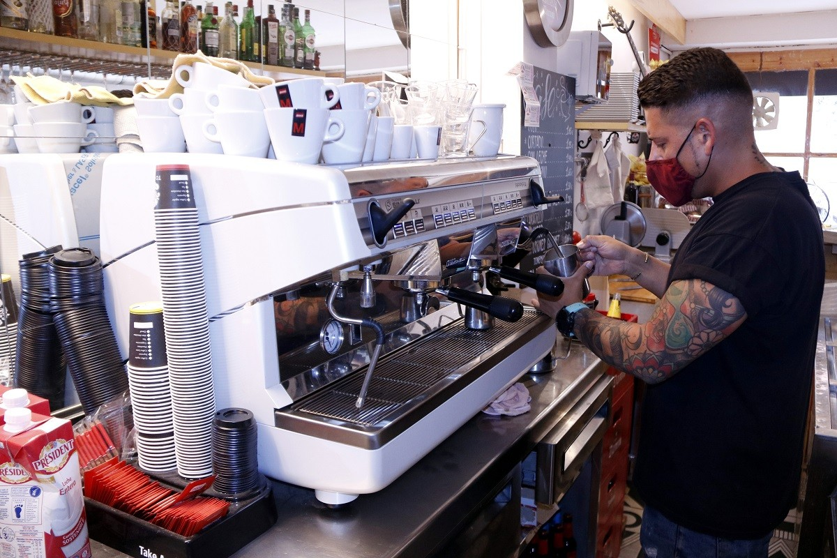 Un cambrer serveix un cafè