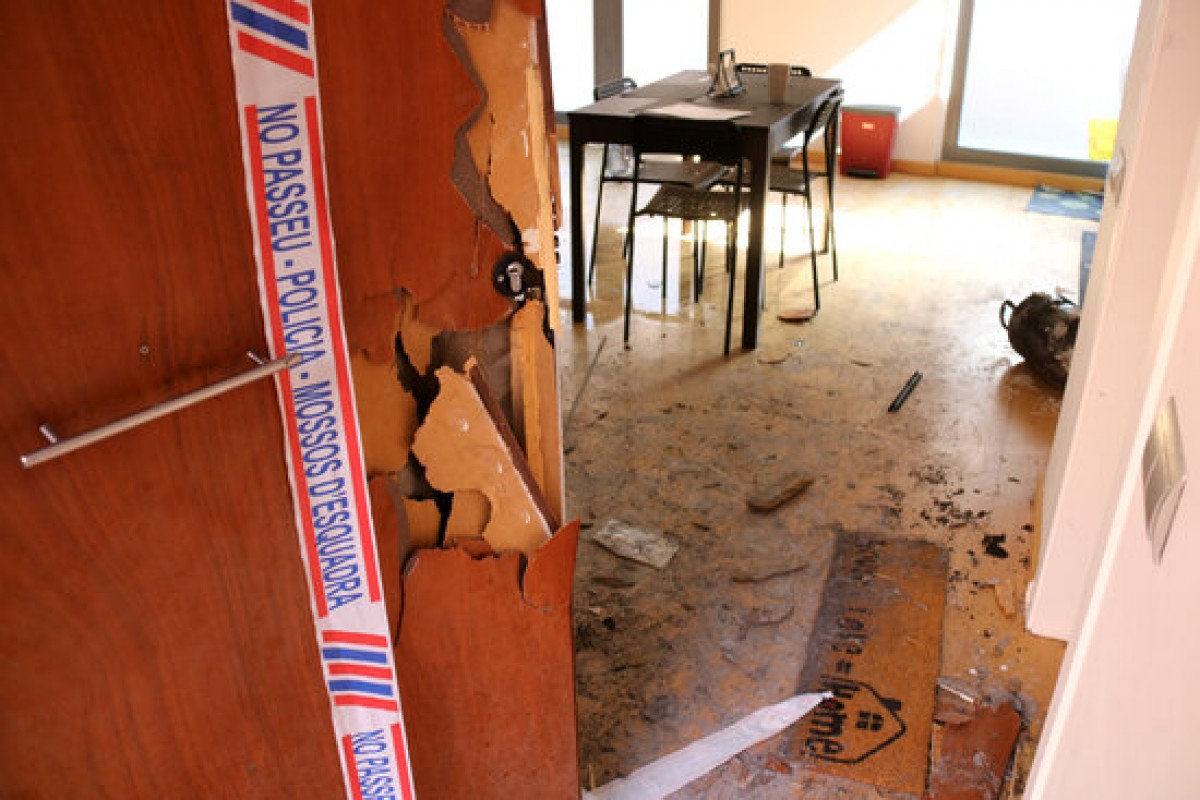 Imatge de l'interior de l'edifici on ha mort una nena de quatre anys per un incendi.