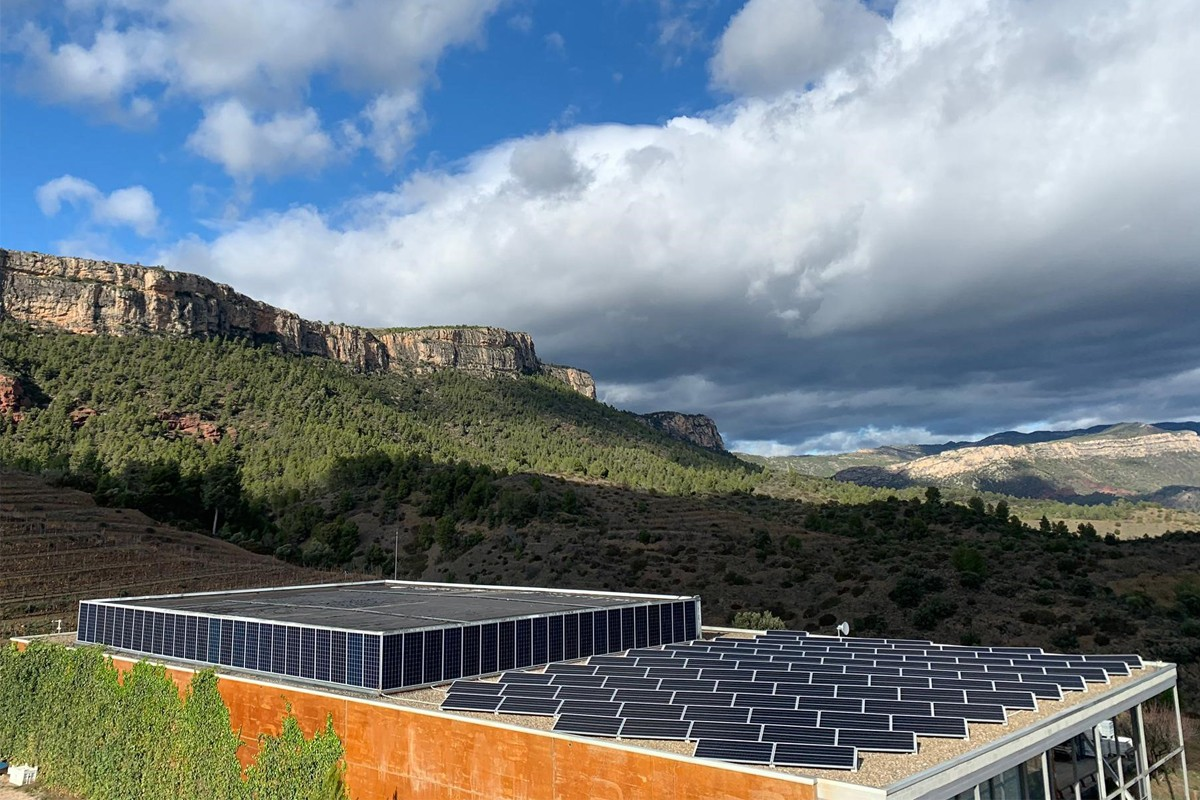 Plaques fotovoltaiques al celler del Priorat de Família Torres