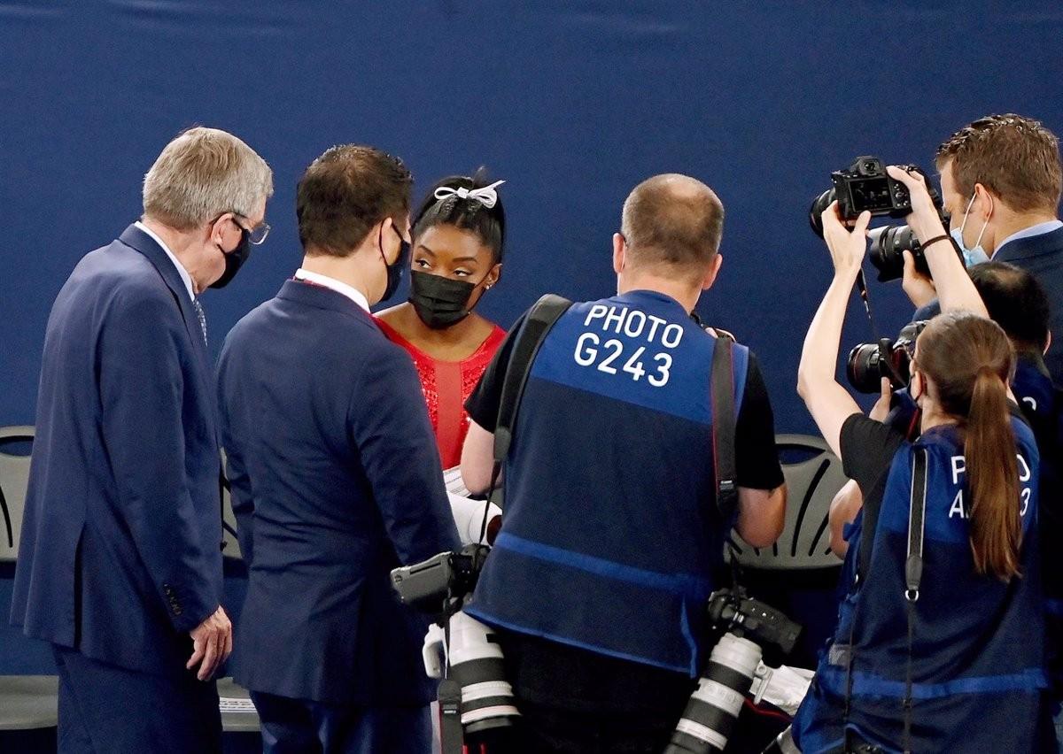 Simone Biles, rodejada de fotògrafs durant les proves dels JJO de Tòquio