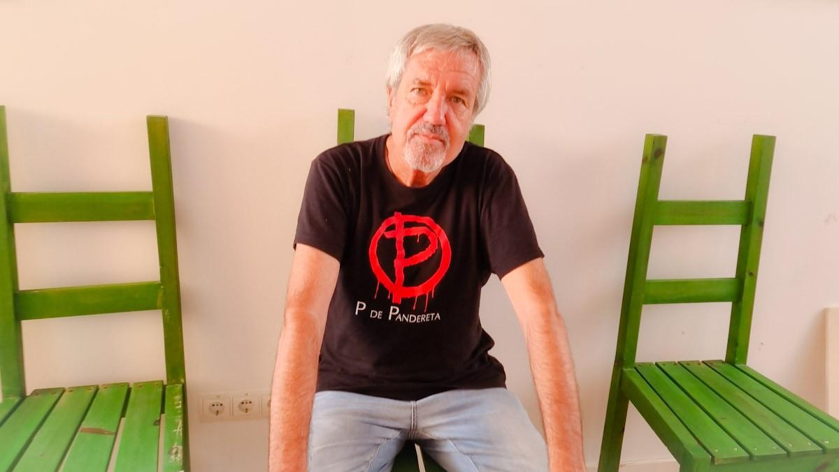 Artur Gaya en una de les cadires de la 'Casa de la Jota', a Tortosa
