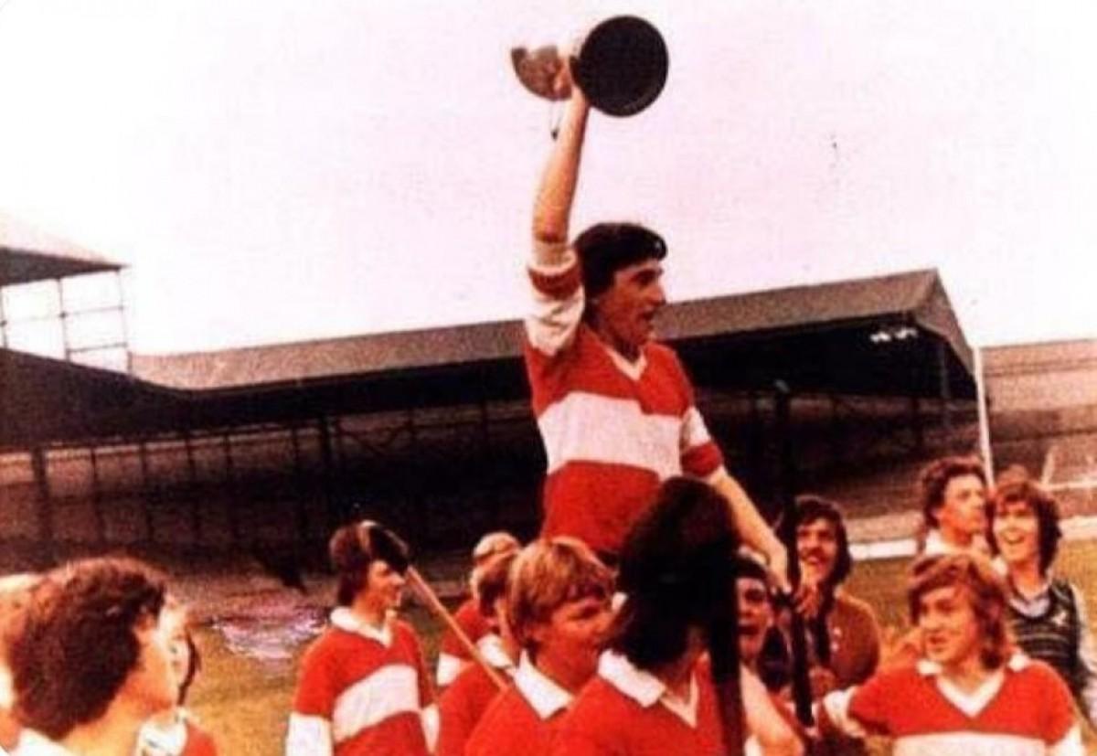 Kevin Lynch aixeca la copa de campió d'Irlanda sub16 de 1972 a l'estadi Croke Park de Dublín