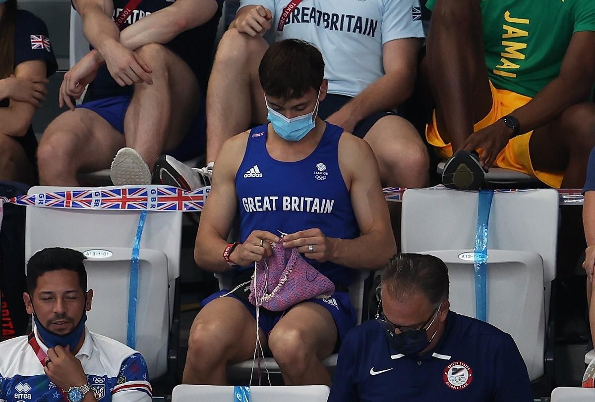 Tom Daley fent ganxet a la graderia de la piscina de Tokio 2020