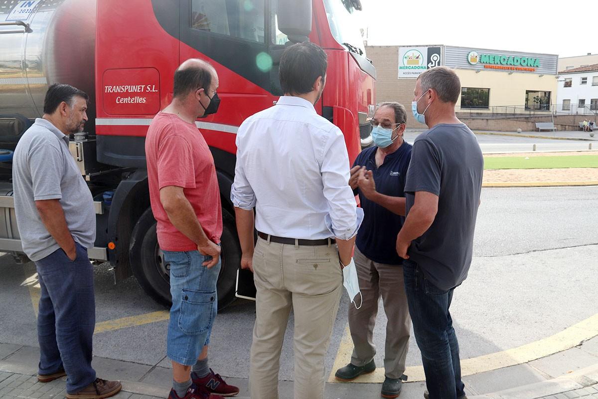Un camió davant la planta de Vidreres, on no ha pogut descarregar.