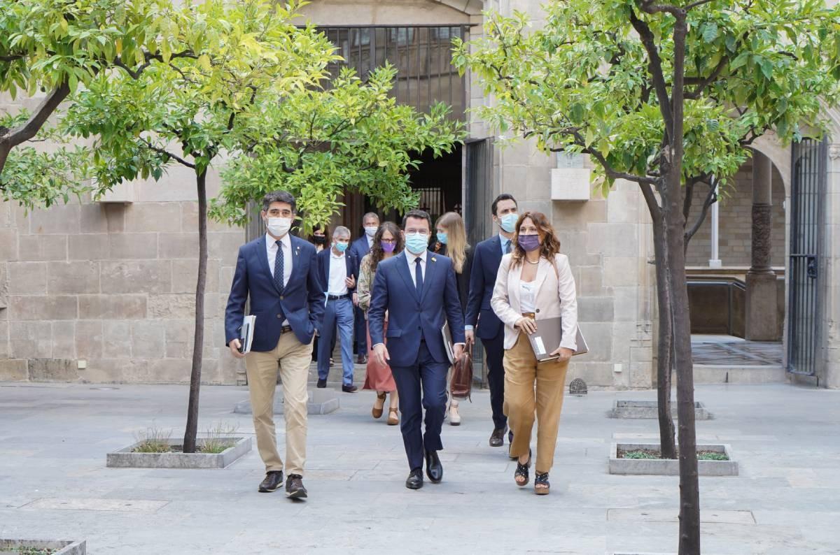 Pere Aragonès, amb Jordi Puigneró, Laura Vilagrà i la resta de consellers arribant al consell executiu.