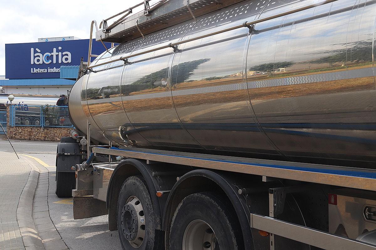 Un camió de llet, aquest dilluns a la planta de Làctia de Vidreres