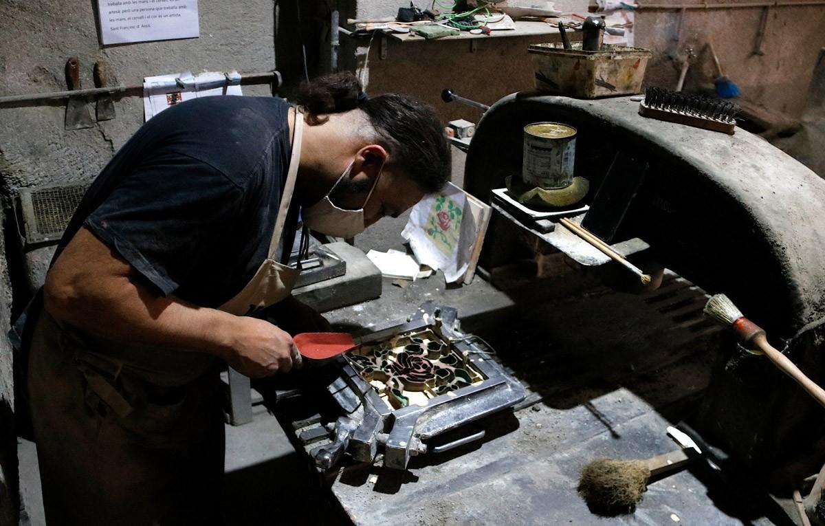 Jaume Torrejon, cap del taller de Mosaics Martí, elaborant una peça
