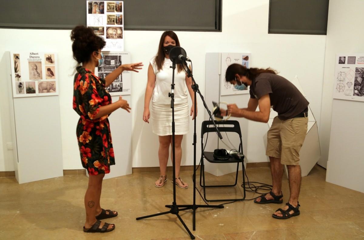 Laura Llaneli i Óscar de la Fuente, guiant una de les voluntàries per a la gravació de la seva veu al Museu de Tortosa.