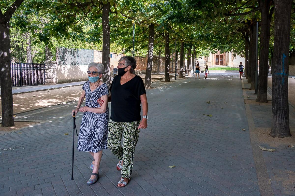 Gent gran passejant.