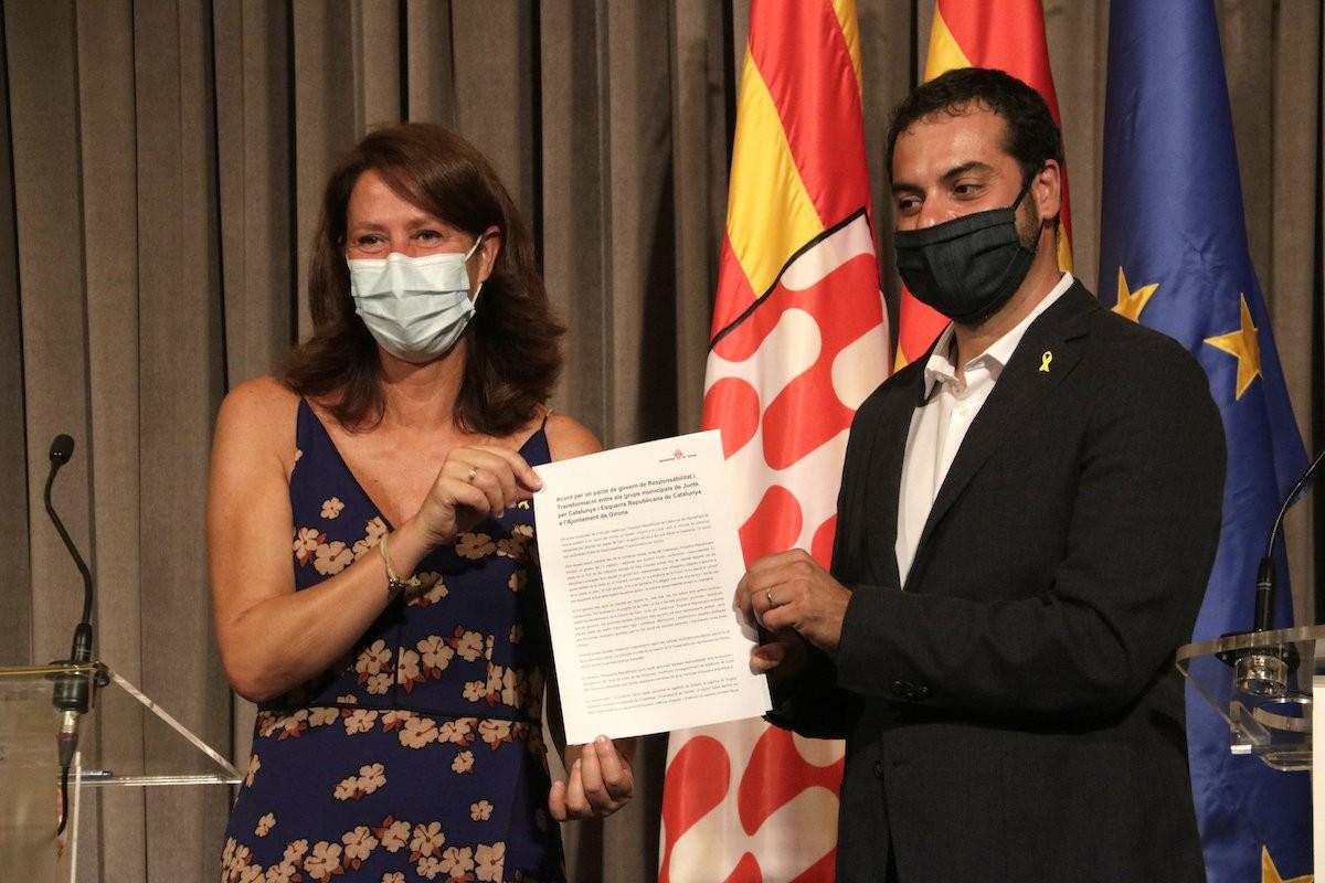 Marta Madrenas i Quim Ayats amb l'acord de govern del 1r de setembre de 2020.