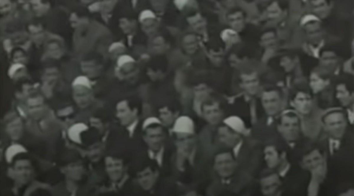 Aficionats albanokosovars lluint el seu barret tradicional en el Iugoslàvia - Albània de 1967