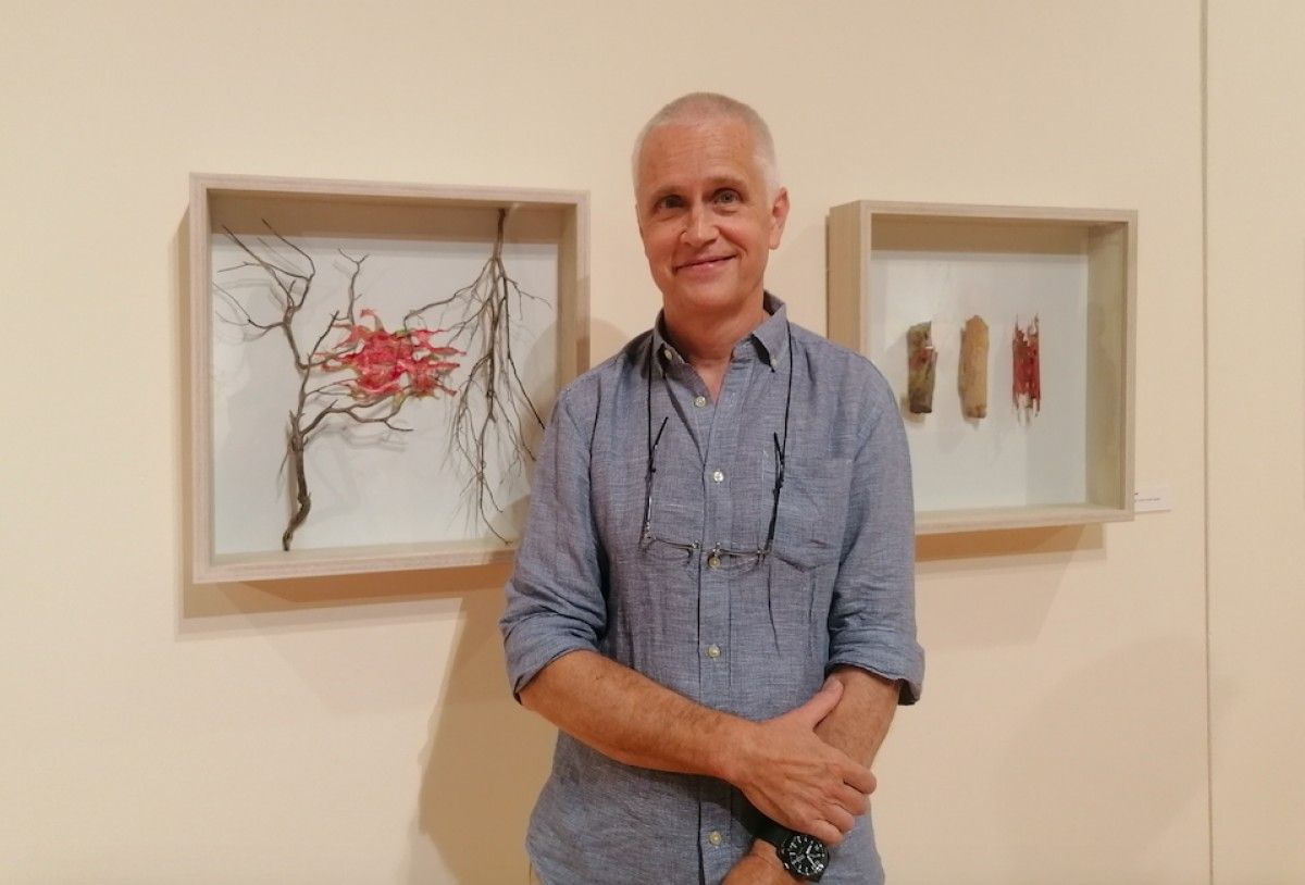 Josep Morral davant de dues obres que formen part de la mostra 'Ser arbre'