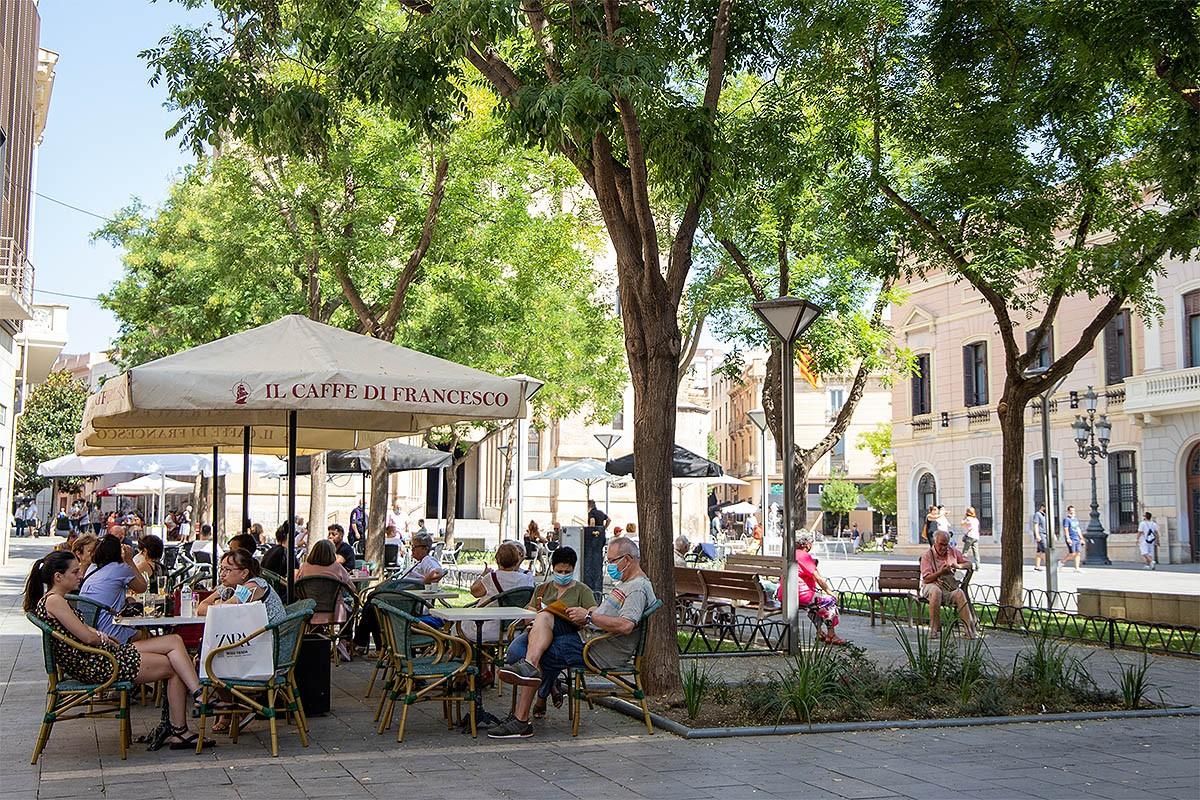 Clients amb mascareta en una terrassa de Sabadell