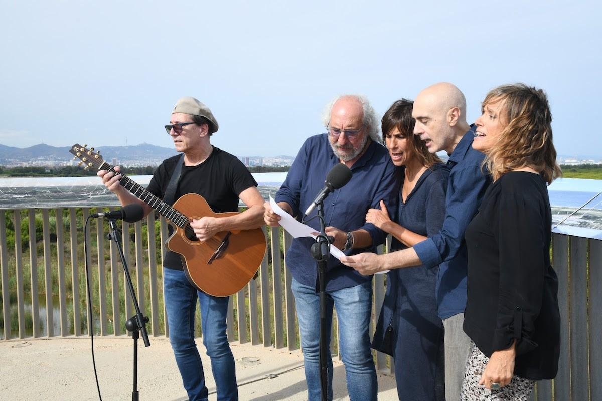 Joan Vinyals, Josep Mas 'Kitflus', Lídia Pujol, Lluís Marrasé i Mone Teruel cantant «Som natura!» al Delta del Llobregat