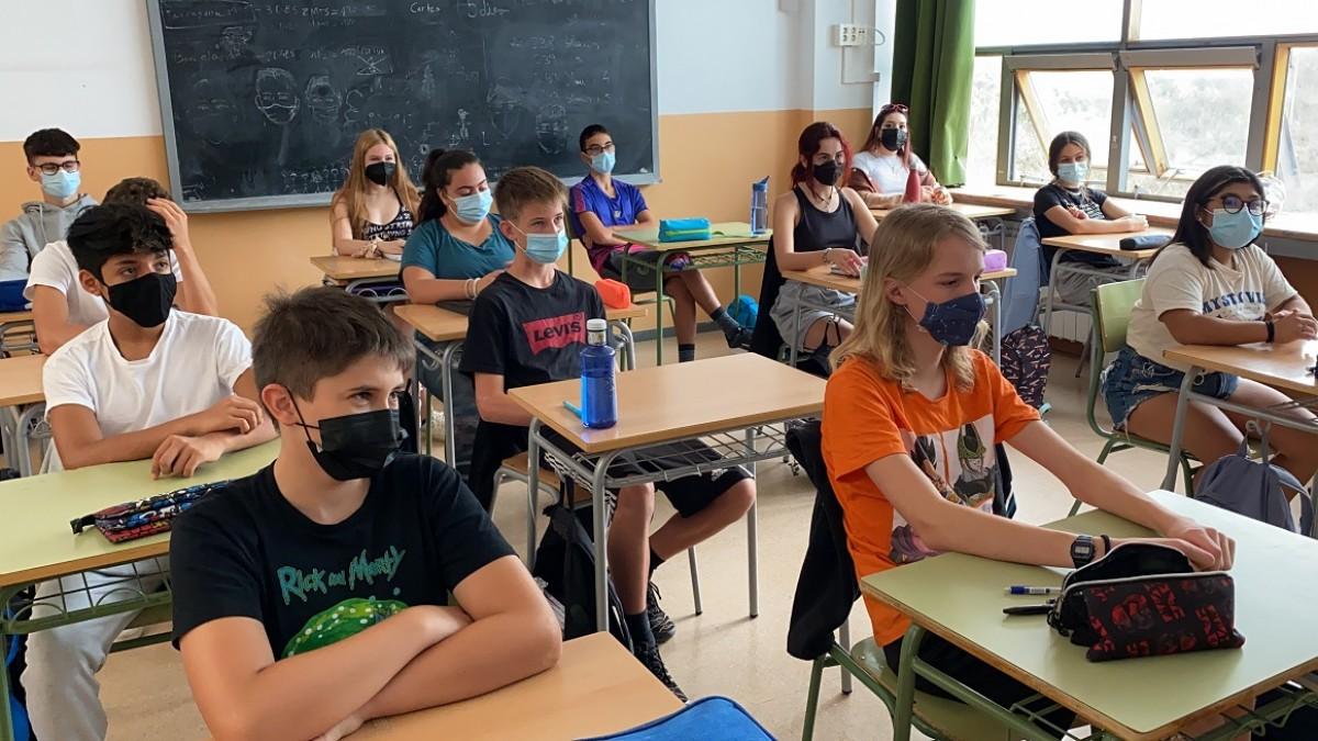Pla obert d'un grup classe de secundària de l'Institut Escola d'Oliana (Alt Urgell) el primer dia de curs escolar
