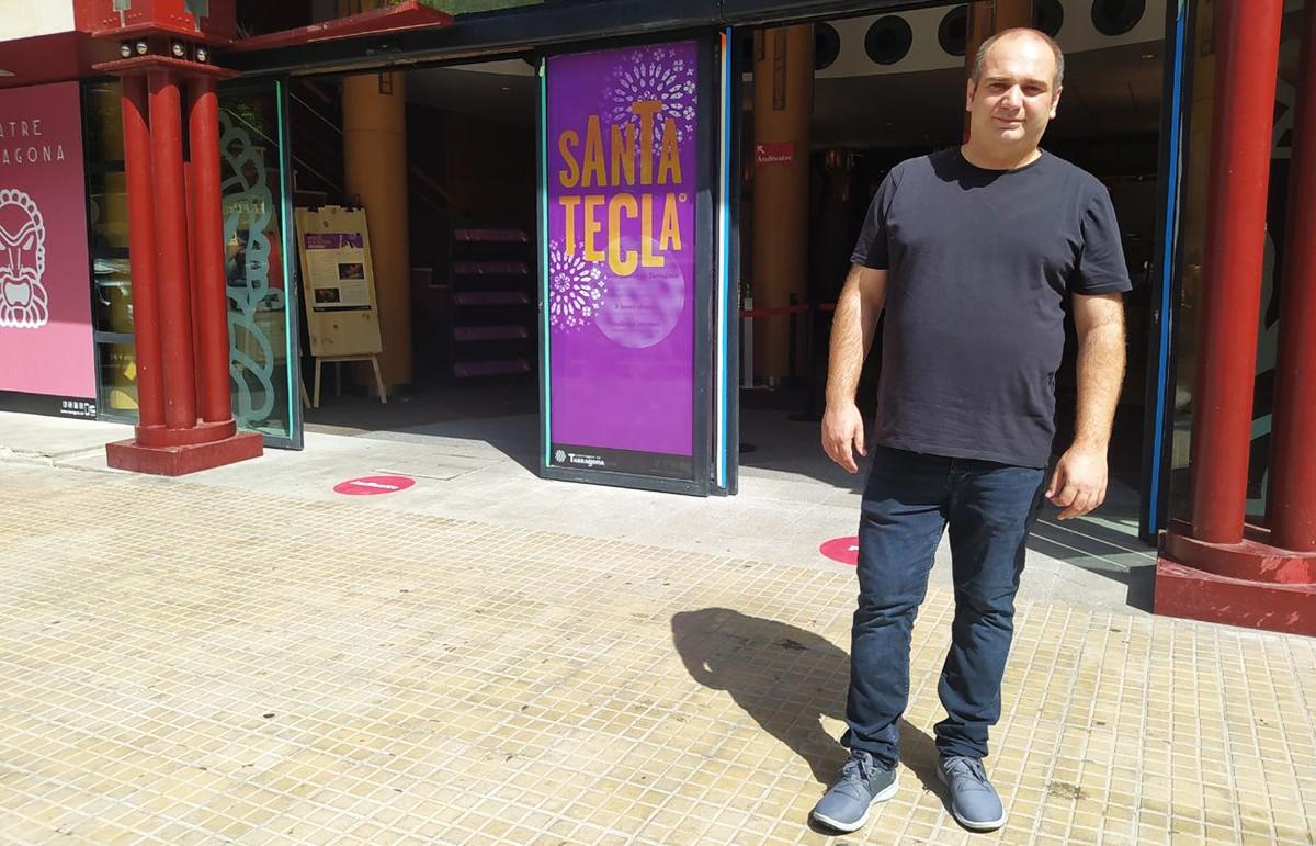 Juan José Caravaca, davant del teatre on se celebrarà la gala solidària el 24 de setembre.