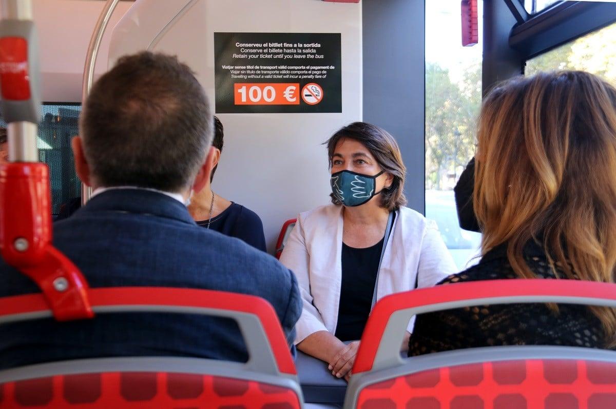 La fins ara regidora de Mobilitat, Rosa Alarcón, durant la presentació del nou bus exprés de TMB, aquest divendres..