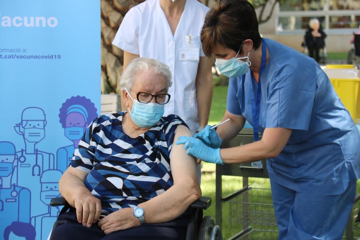 Josefa Pérez, la primera catalana vacunada, rep la tercera dosi aquest divendres.