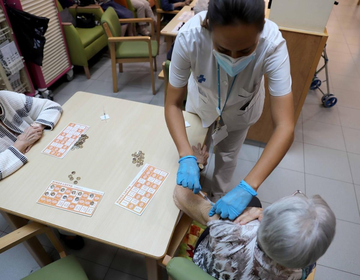 Usuàries de la residència Antònia Roura, de Granollers, reben la vacuna addicional de la Covid