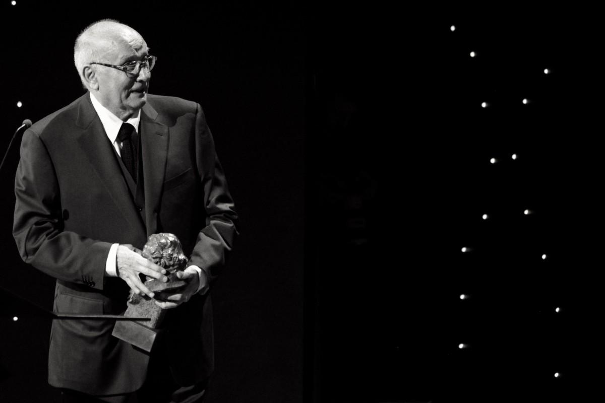 Mario Camus recollint el Goya d'Honor