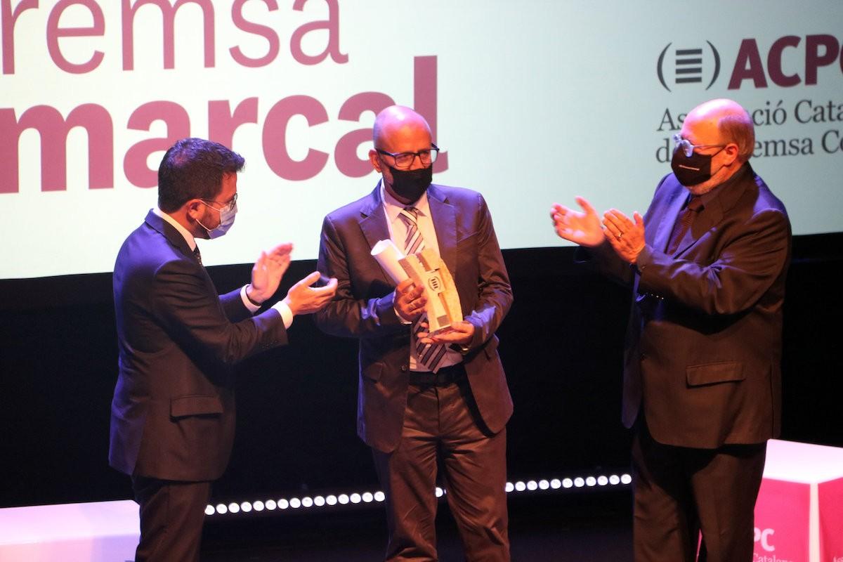 Ramon Besa rebent el premi d'Honor de la Premsa Comarcal