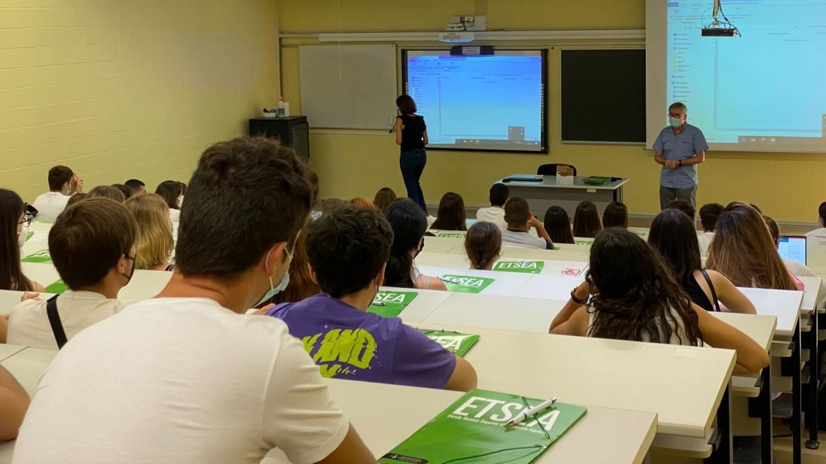 Estudiants de l'Escola Tècnica Superior d'Enginyeria Agrària, el primer dia de classe d'aquest curs 20-21.