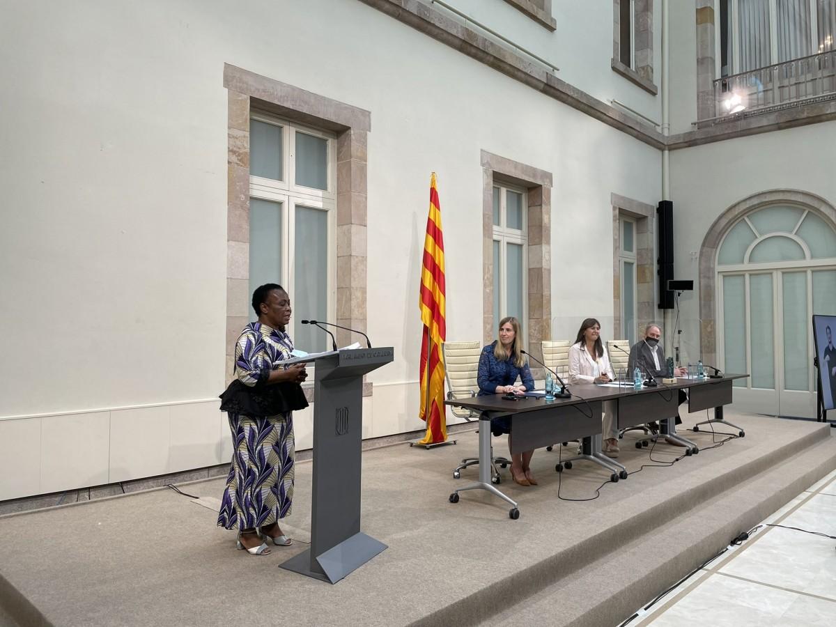 Julienne Lusenge al Parlament, sent escoltada per la consellera Alsina, la presidenta Borràs i Xavier Masllorens.