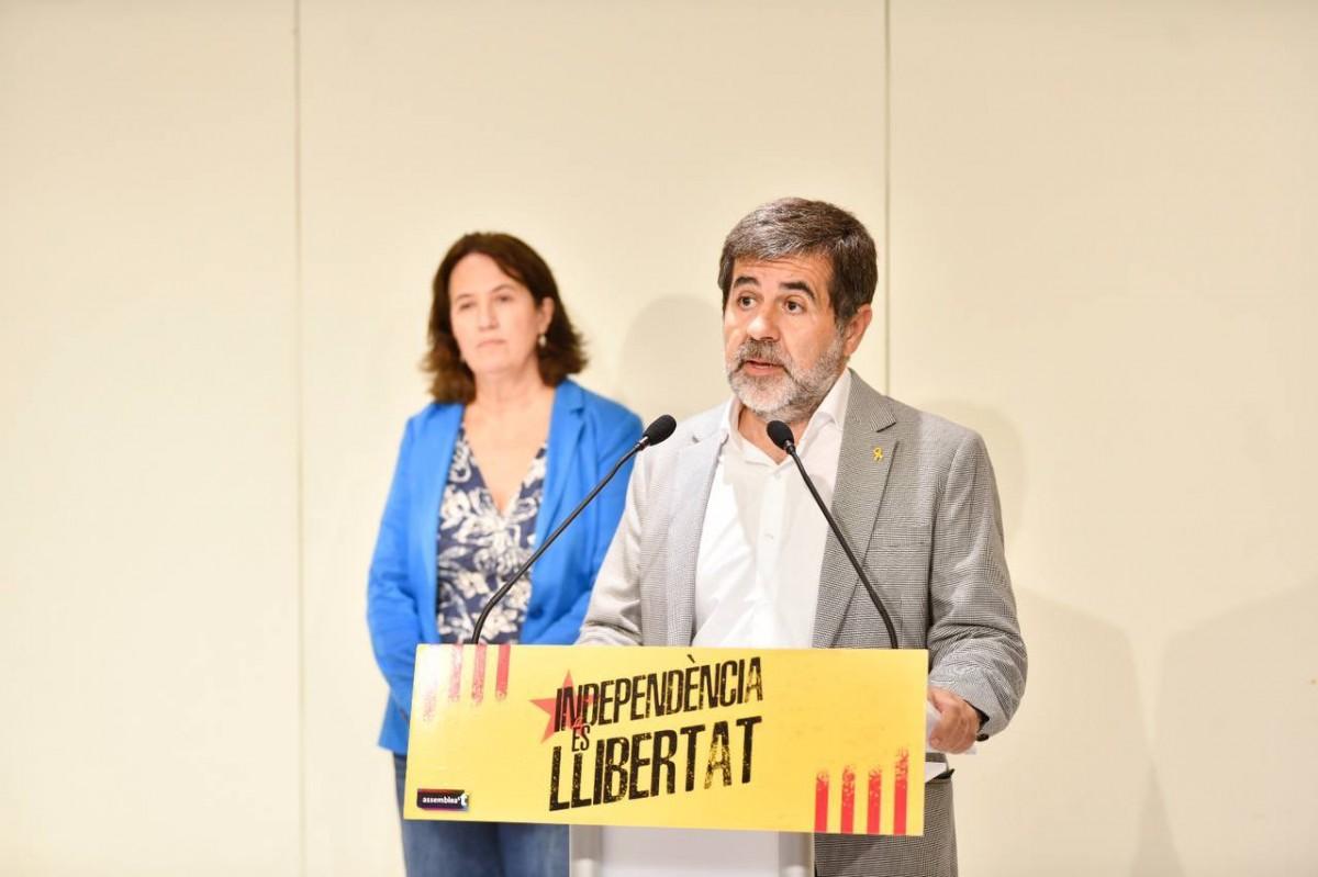Jordi Sànchez, acompanyat d'Elisenda Paluzie, en la roda de premsa d'aquesta tarda