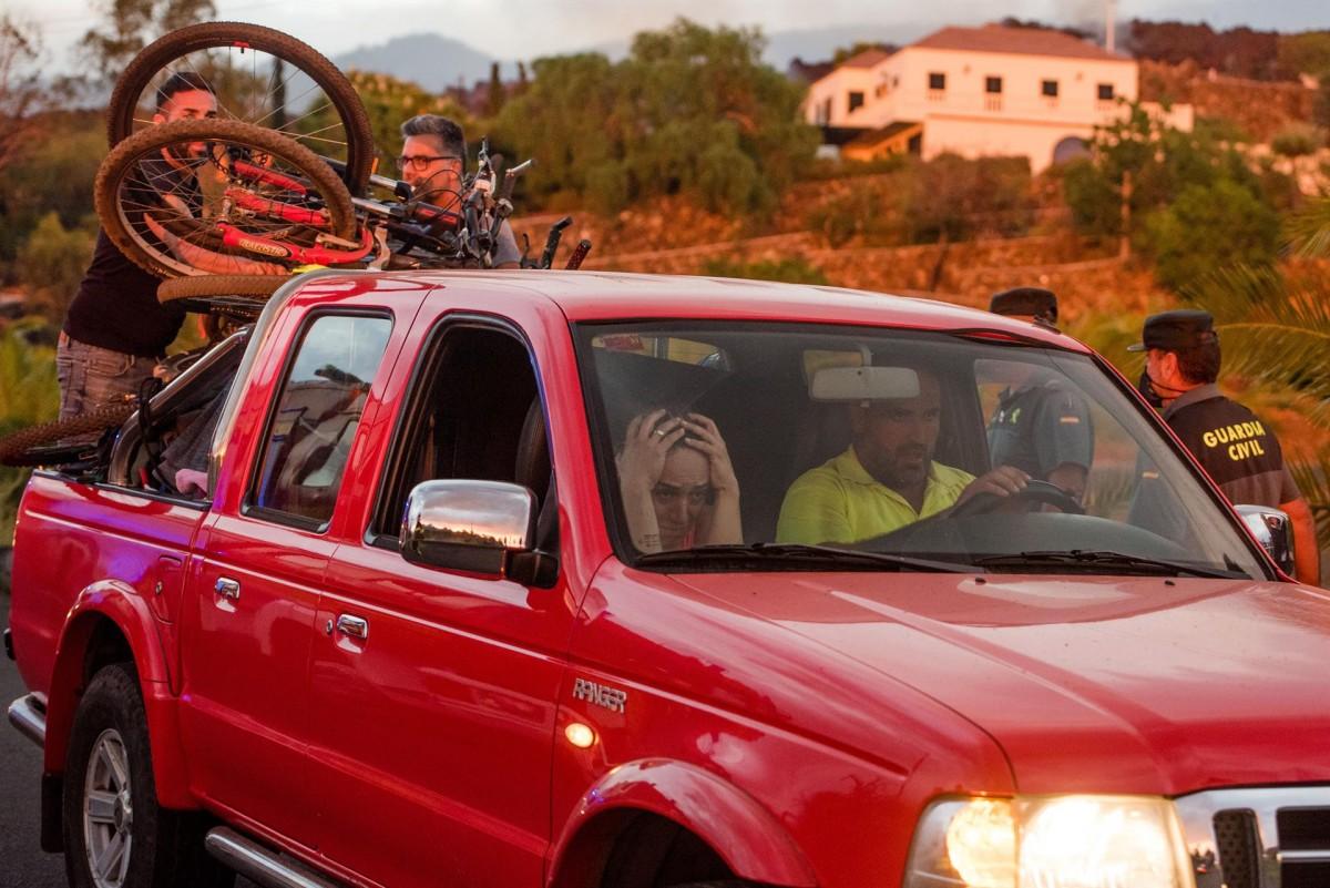 Veïns de La Palma evacuen les seves cases