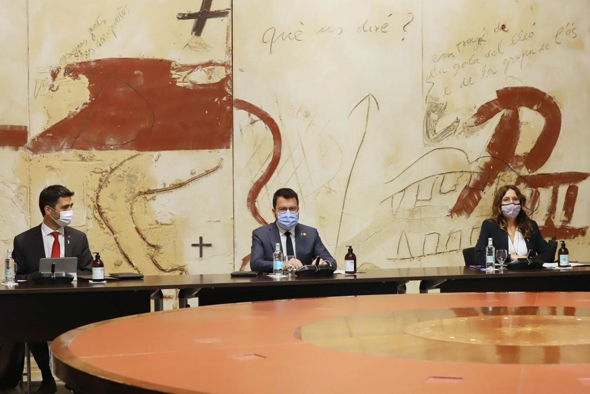 Pere Aragonès, amb Jordi Puigneró i Laura Vilagrà, a la reunió del Govern.
