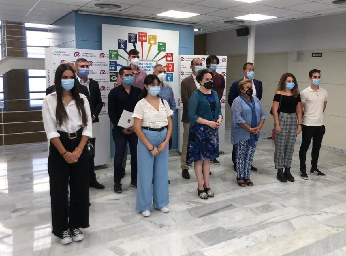 Els sis estudiants, amb la rectora de la URV, la degana de la Facultat de Química i representants de les sis empreses participants.