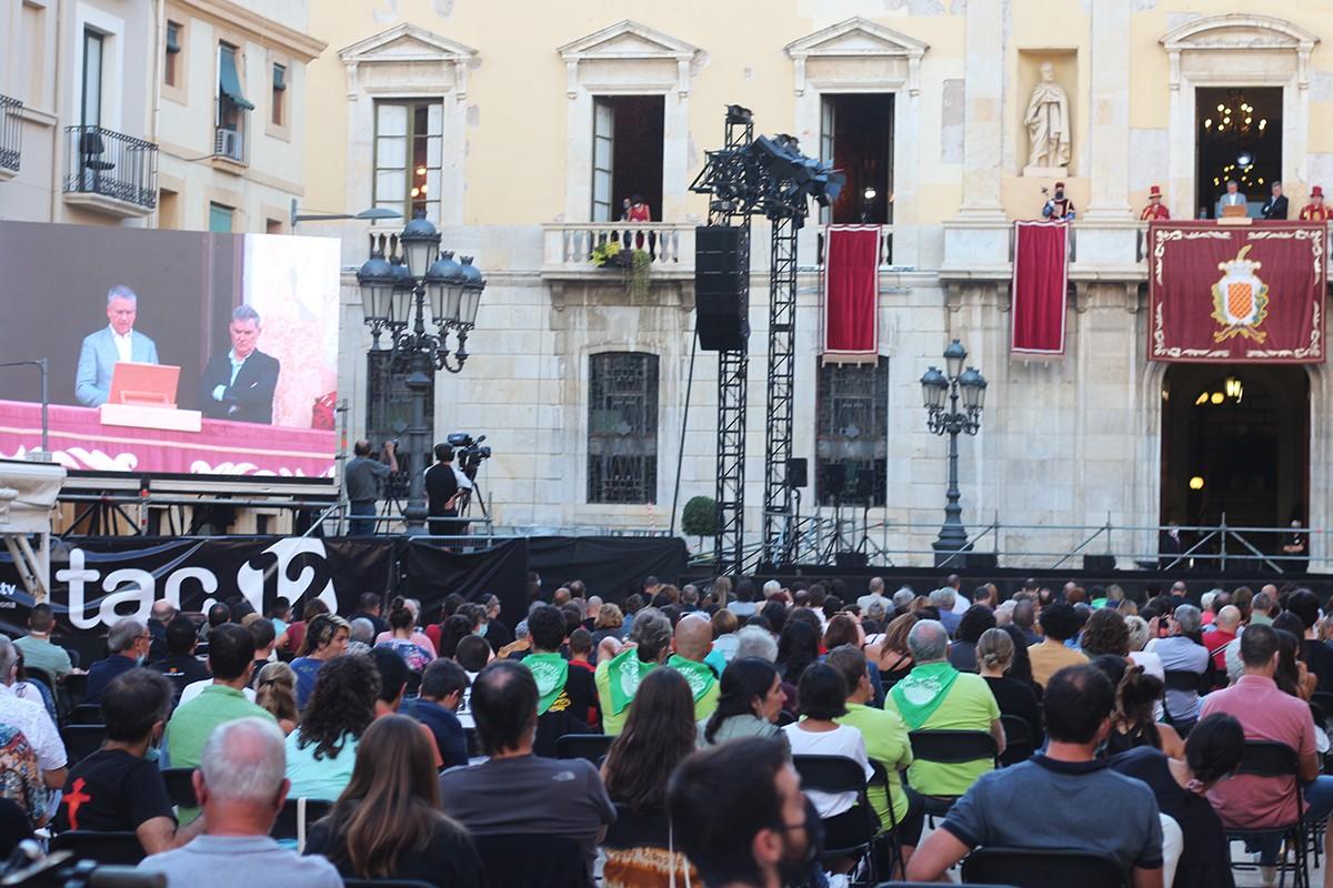 La plaça de la Font, durant el pregó d'Àngel Òdena i la intervenció de l'alcalde Pau Ricomà.
