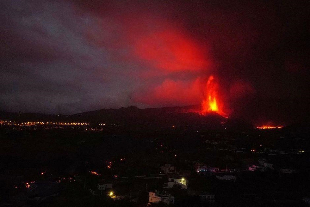 Imatge nocturna del volcà Cumbre Vieja.
