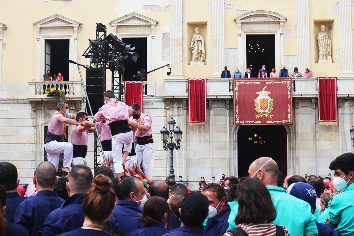 Els Xiquets construint el seu 3 de 7, amb l'Ajuntament de Tarragona de fons.